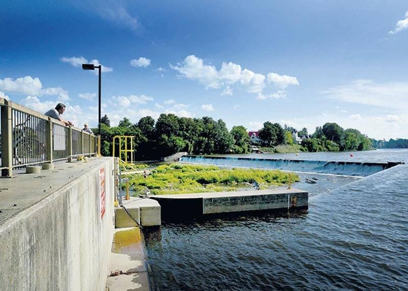 La centrale T.-D.-Bouchard possède une puissance installée de 2,55 mégawatts et appartient à l'entreprise Algonquin Power. On aperçoit ici le canal d'entrée de la centrale.