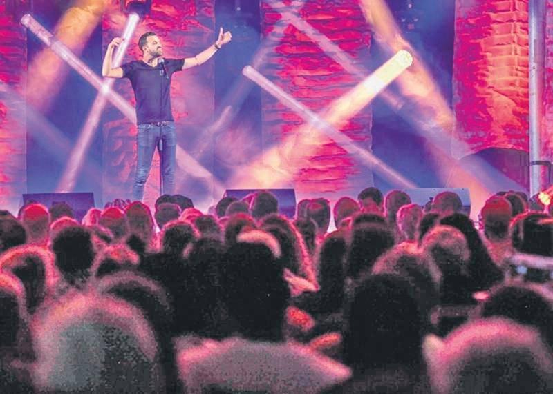Le chapiteau Canton était bondé de spectateurs au rendez-vous, jeudi soir, pour le spectacle d'humour mettant en vedette Sam Breton, Olivier Martineau et Dominic Paquet.