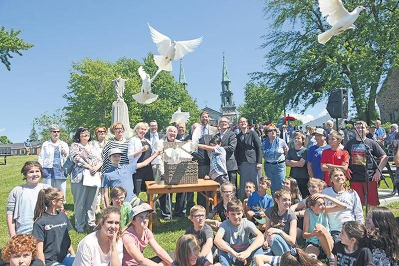 Les enfants de l'école Saint-Denis ont participé à l'inauguration sous la forme d'une chorale. À la fin de la cérémonie, les dignitaires et les organisateurs ont relâché des colombes, symbole de la liberté.