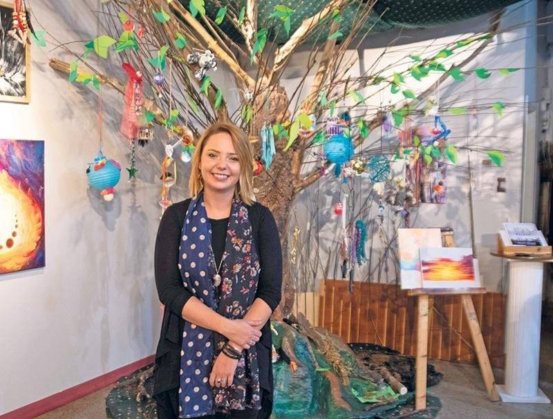 Tout au long de l'été, de nouvelles œuvres ont été accrochées sur les branches de l'arbre érigé à l'intérieur de la galerie 1855, dans le cadre du projet « Porteur d'histoires » mené par Andréanne Rioux. Photo Martin Lacasse