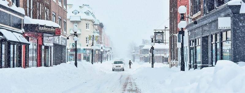 Il sera permis cet hiver de se stationner sur rue la nuit à Saint-Hyacinthe, sauf lorsque les équipes de déneigement seront en action, évidemment. De toute façon, bonne chance pour trouver une place s'il tombe autant de neige que les 14 et 15 mars 2017, alors que Saint-Hyacinthe avait reçu 74 cm de neige!  Photothèque | Le Courrier ©