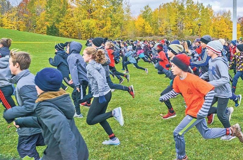 Les jeunes des écoles de la région ont répondu en grand nombre à l'invitation de la CSSH afin de participer à la 10e édition de son cross-country au parc Les Salines. Photo François Larivière | Le Courrier ©