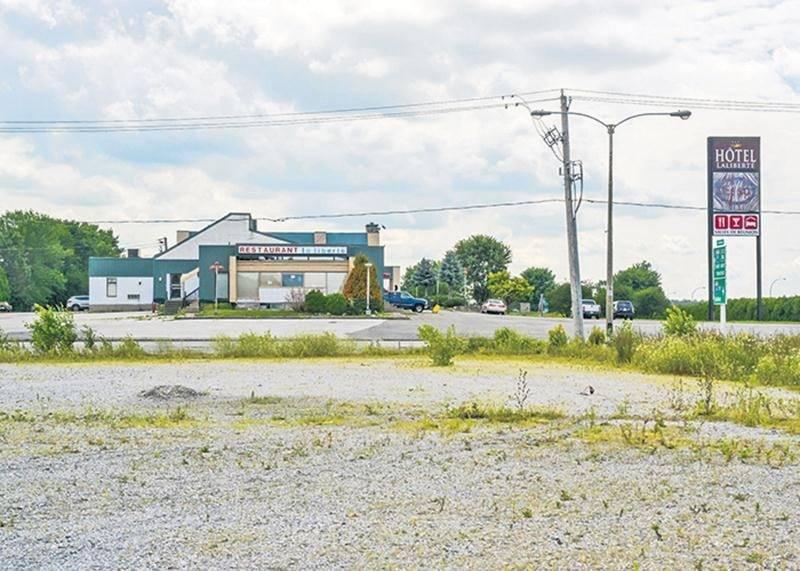En 1989, le propriétaire du Motel Laliberté, devenu Hôtel Laliberté, souhaitait utiliser le terrain agricole situé en face de son établissement pour agrandir son commerce.   Photo François Larivière | Le Courrier ©