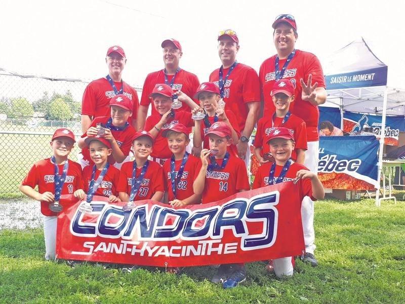 Les Condors atome A ont conclu leur belle saison en montant sur le podium au championnat provincial. Photo courtoisie