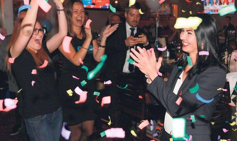 Sous une pluie de confettis, Chantal Soucy a savouré sa victoire en compagnie de son équipe de campagne et de nombreux bénévoles. Photo Robert Gosselin | Le Courrier ©