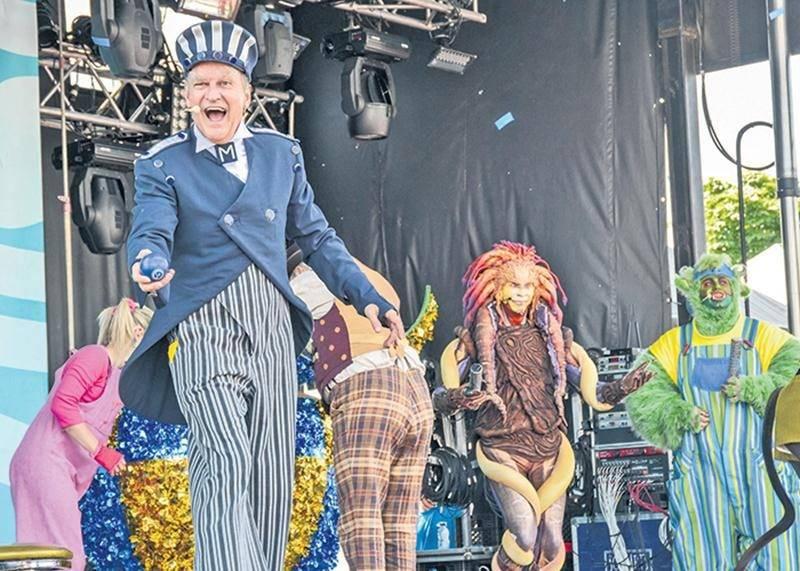 Pour le 50e anniversaire de Télé-Québec, plusieurs animateurs-vedettes des séries télévisées jeunesse ont offert un spectacle commun sur la scène Lassonde. Au premier plan, on reconnait le populaire M. Craquepoutte (Toc Toc Toc) interprété par le comédien Denis Houle.