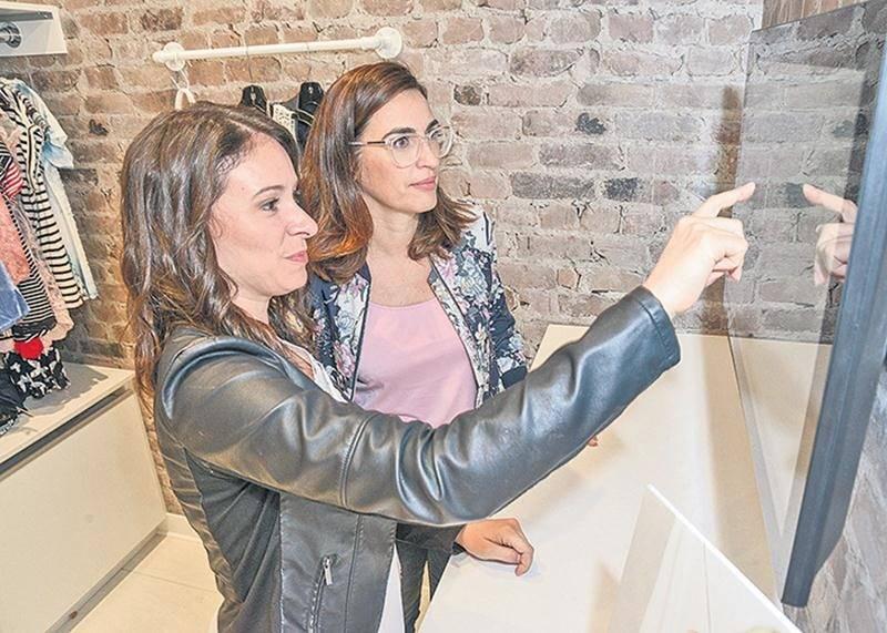 Un grand écran tactile est maintenant accessible près des cabines d'essayage permettant aux clientes de repérer facilement les vêtements de la boutique, de trier le tout par grandeur ou de clavarder avec un membre du groupe.