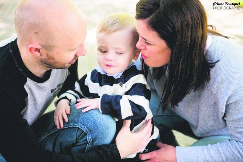 Martin Plouffe et Caroline Tétreault font tout ce qu'ils peuvent pour soutenir la recherche d'un traitement curatif contre la fibrose kystique dont leur petit Émile est atteint.  Photo Ariane Bousquet