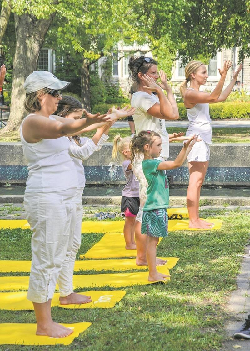 Les tout-petits ont apprécié pratiquer le yoga en famille avec les professeures Dandy Thibodeau et Judith Tallard.