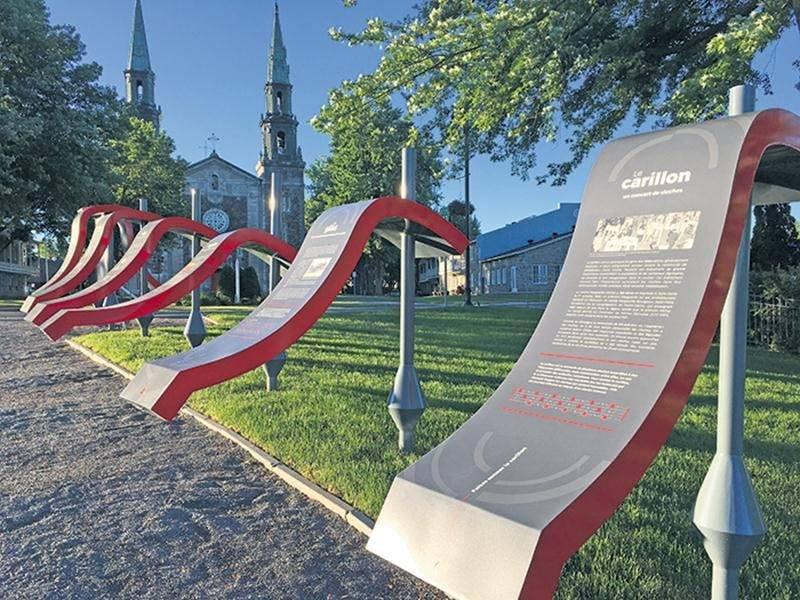 Les sept modules d'interprétation installés face à l'église de Saint-Denis-sur-Richelieu permettent aux visiteurs de découvrir l'histoire de la cloche Marguerite-Michel.
