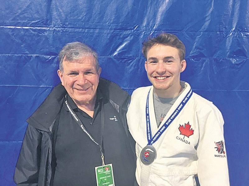 Le judoka Benjamin Daviau s'est illustré avec une médaille d'argent chez les seniors au championnat national ouvert. On le voit ici en compagnie de l'entraîneur Louis Graveline.