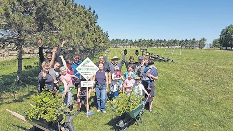 Une vingtaine de bénévoles ont participé au projet de reboisement de la municipalité de Saint-Barnabé-Sud en collaboration avec Arbre-Évolution et le Comité des Citoyens et Citoyennes pour la Protection de l'Environnement Maskoutain.