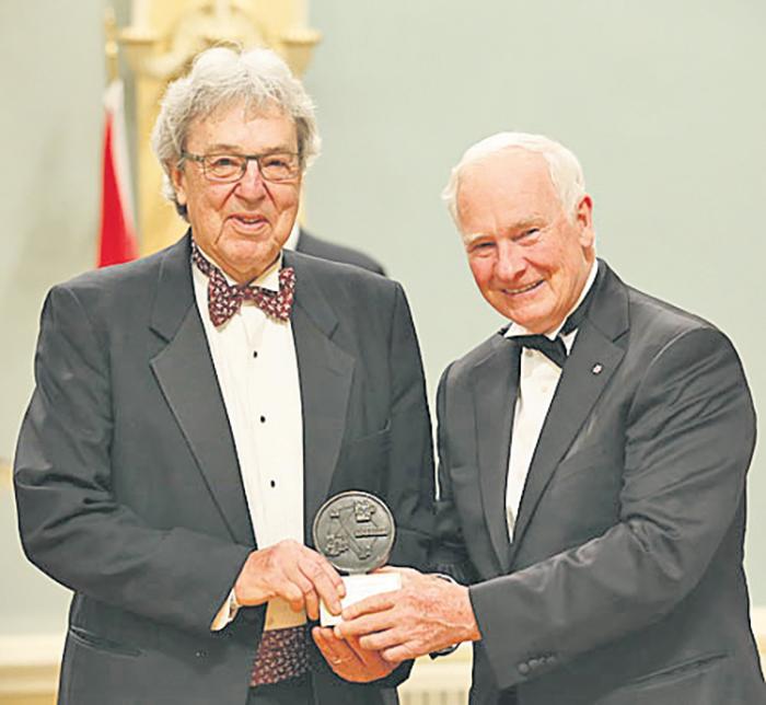 Alain Guilbert photographié au mois d'août 2014 en compagnie de David Johnston, Gouverneur général du Canada, lors de la remise du prix Michener-Baxter à Rideau Hall.