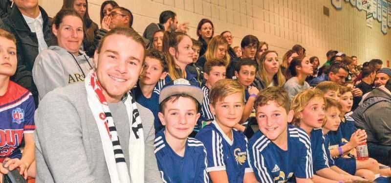 Samuel Piette en compagnie de jeunes joueurs du Défi futsal primaire lors du match d'ouverture. Photo François Larivière | Le Courrier ©