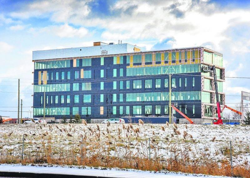 Le Complexe Synergia est en construction en bordure de l'autoroute Jean-Lesage.  Photo François Larivière | Le Courrier ©