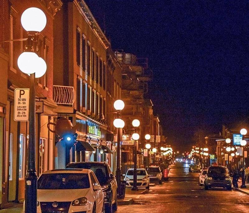 L'éclairage de rue va changer de teinte à Saint-Hyacinthe dans les prochaines années. La Ville compte ainsi gagner en efficacité énergétique. Photo François Larivière | Le Courrier ©