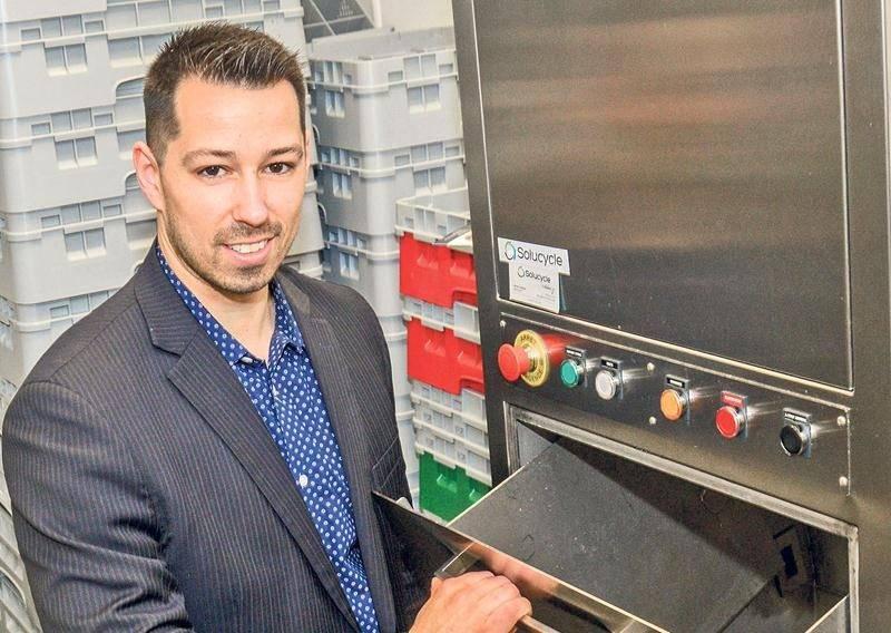 Mathieu Linteau montre son produit installé dans les cuisines du centre de congrès de Saint-Hyacinthe. Photo François Larivière | Le Courrier ©