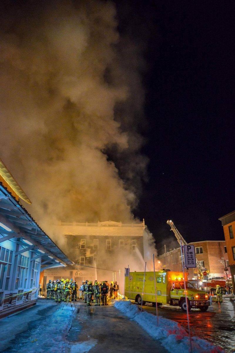 Quelques photos de l'incendie de la Place Frontenac au centre-ville. Elles ont été prises vers 18 h 45 par notre photographe François Larivière. Le bilan fait état d'une quarantaine de personnes à la rue et prises en charge par la Croix-Rouge. Reportage complet à lire dans Le Courrier demain matin.
