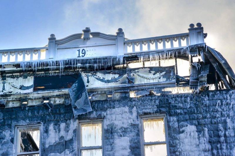 Des images de désolation captées au petit matin par notre photographe François Larivière alors que le centre-ville s'éveille. Lendemain d'incendie douloureux Place Frontenac.