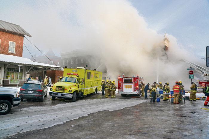 Pour la seconde fois en l'espace de trois jours, les pompiers de Saint-Hyacinthe ont été dépêchés au centre-ville afin de combattre un incendie à la Place Frontenac. L'opération spectaculaire a paralysé le secteur du marché pendant quelques heures, en fin de journée mercredi. Des dizaines de pompiers des municipalités environnantes ont uni leurs efforts afin de contenir l'incendie. Photos François Larivière | Le Courrier ©