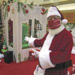 Un père Noël entouré de plexiglas!