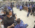 Cohue échevelée chez le barbier!