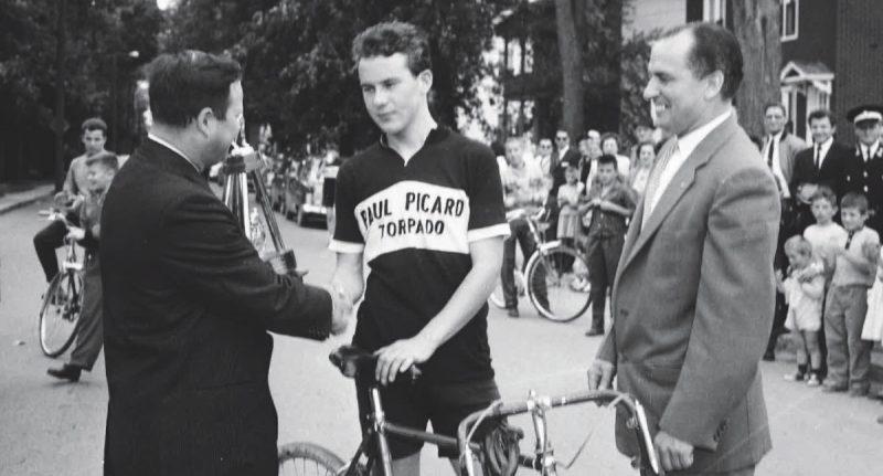 Le cycliste Raymond Raîche et Paul Picard à droite, en 1960. Photo Collection Centre d'histoire de Saint-Hyacinthe, CH548